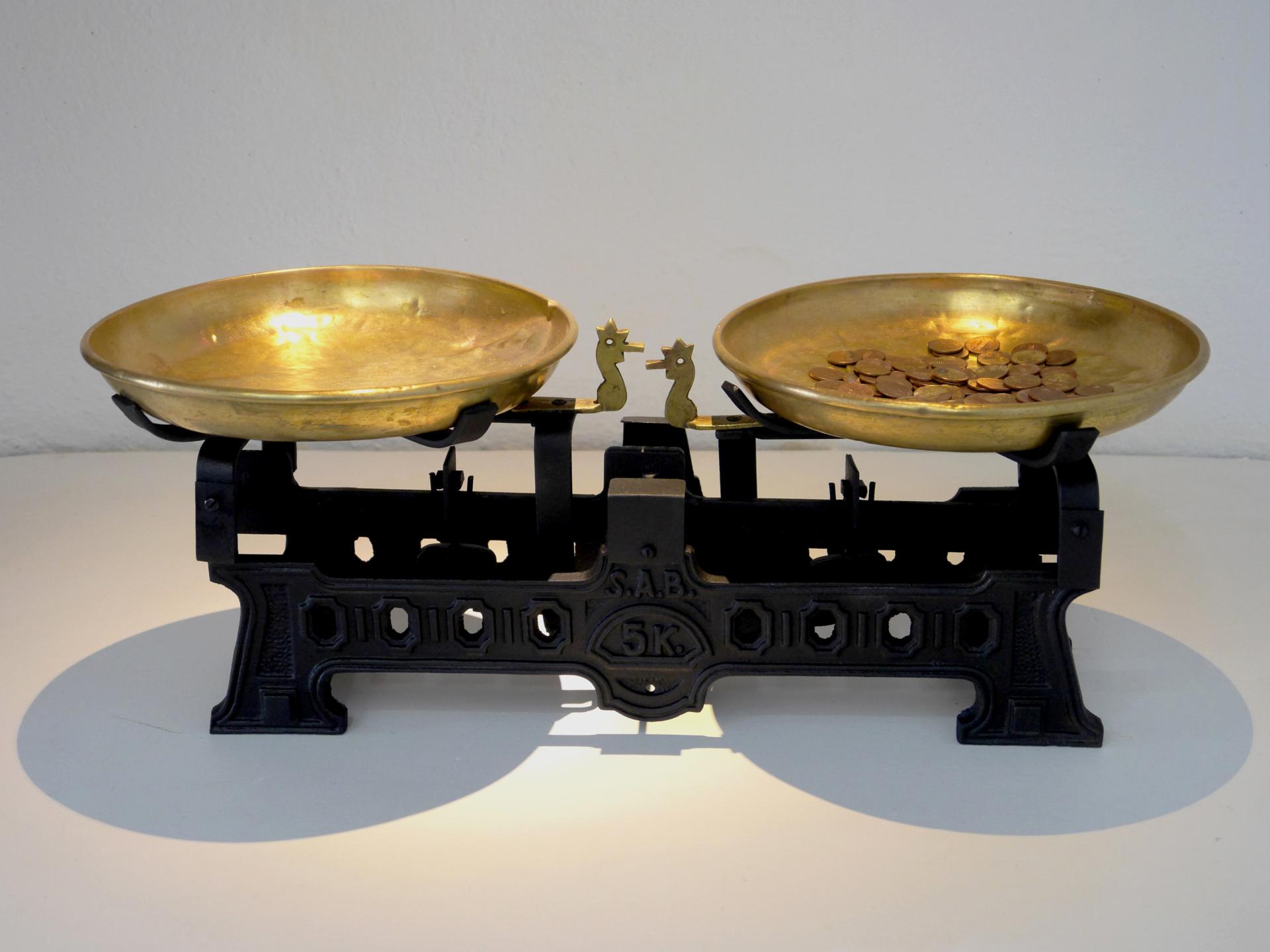 1:1. Báscula de hierro y latón y 99 monedas fundidas y reacuñadas (réplicas de centavo de dólar). 20x51x23 cm. 2008
