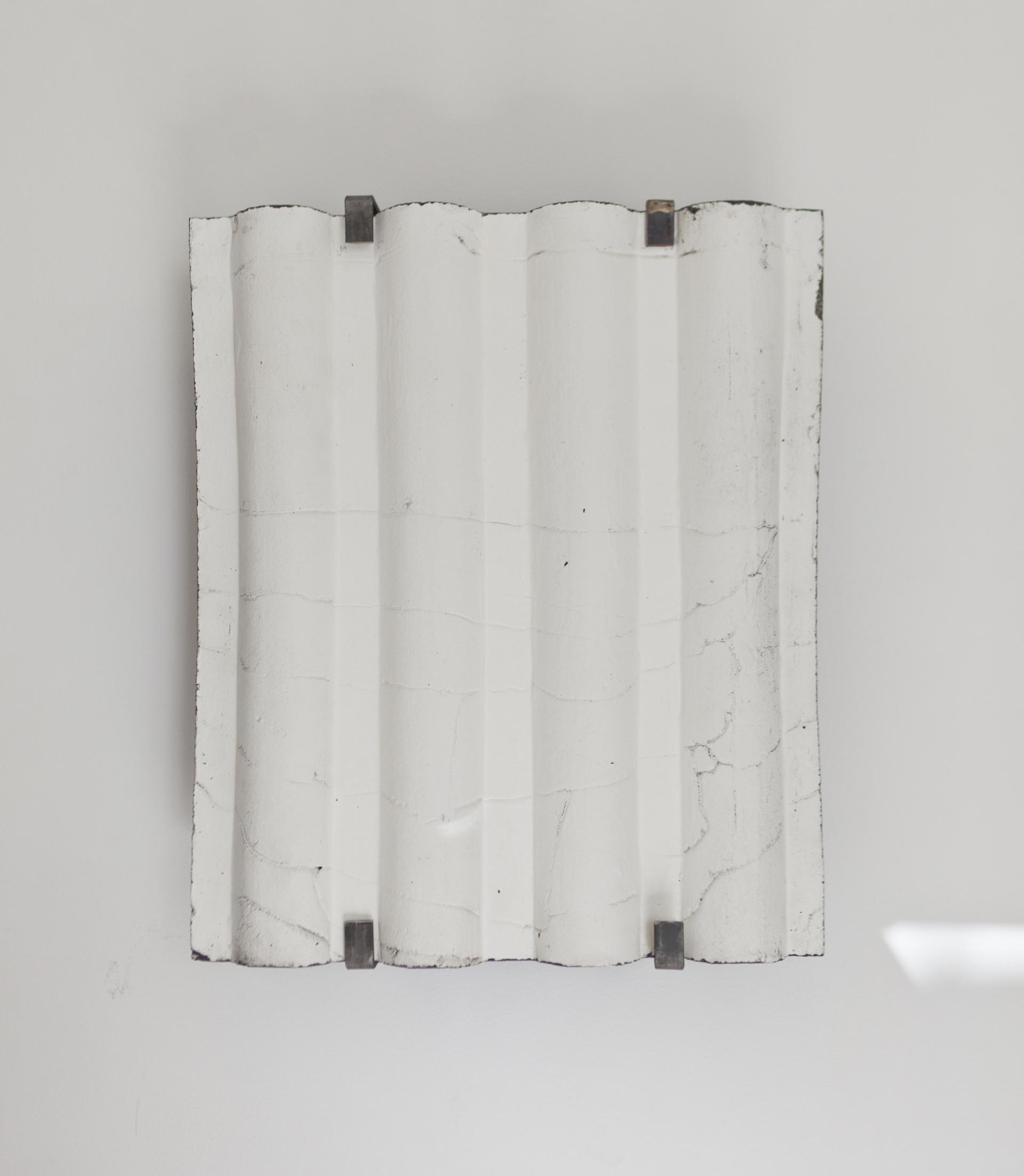 S./T. Gres, negro, caolín y estructura de hierro. 54x45x17 cm. 2020